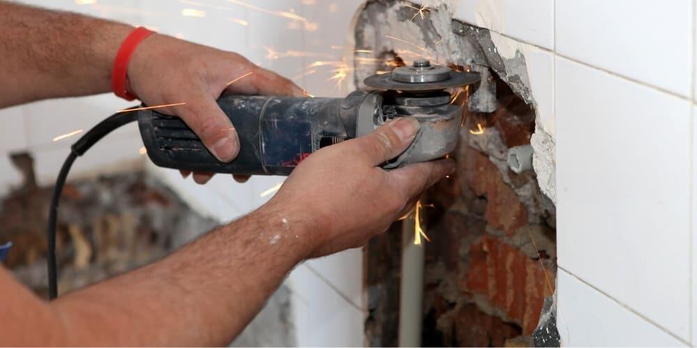 איתור נזילות מים בקיר בתל אביב – הכירו את השיטות המתקדמות לאיתור מקור הנזילה ללא חשיפת צנרת
