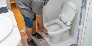 תיקון נזילה בשירותים בתל אביב